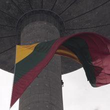 Vilniaus danguje suplevėsavo milžiniška trispalvė