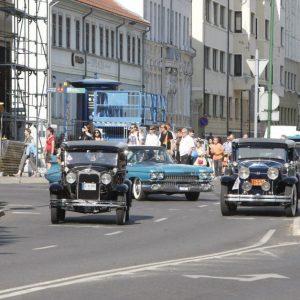 Miesto gatvėse – senovinių automobilių paradas
