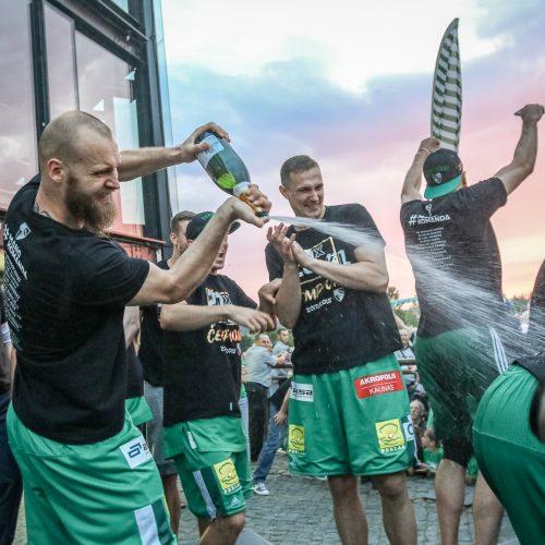"""""""Žalgiris"""" kartu su aistruoliais švenčia pergalę  © Eitvydo Kinaičio, Vilmanto Raupelio nuotr."""