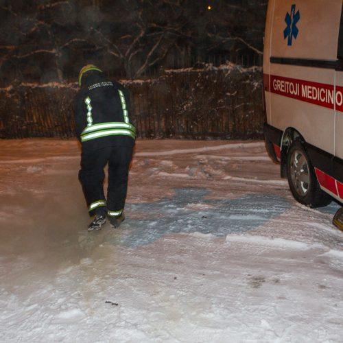 Ugniagesiai padėjo įklimpusiam medikų automobiliui  © Laimio Steponavičiaus nuotr.