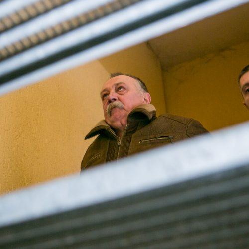 """Įtariamasis nužudymu prie """"Iki"""" atvežtas į teismą  © Vilmanto Raupelio nuotr."""
