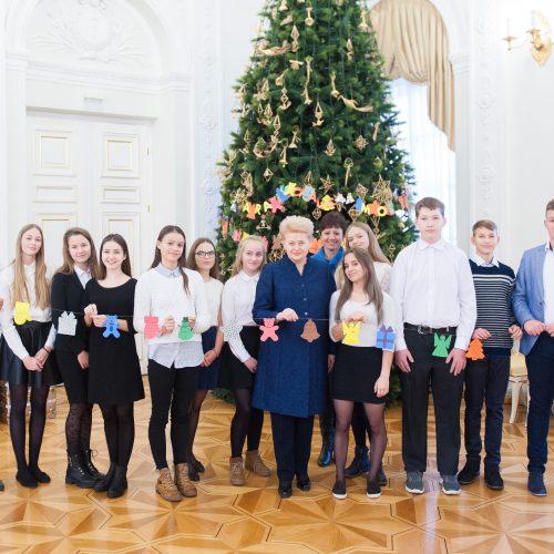 Prezidentė su vaikais puošė eglę