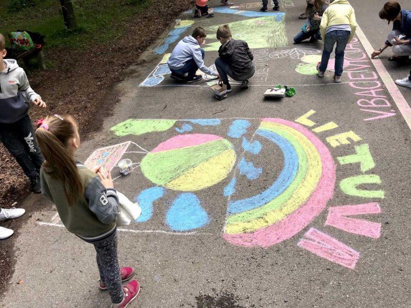 Vaikai Ąžuolyną išmargino tautiškais piešiniais