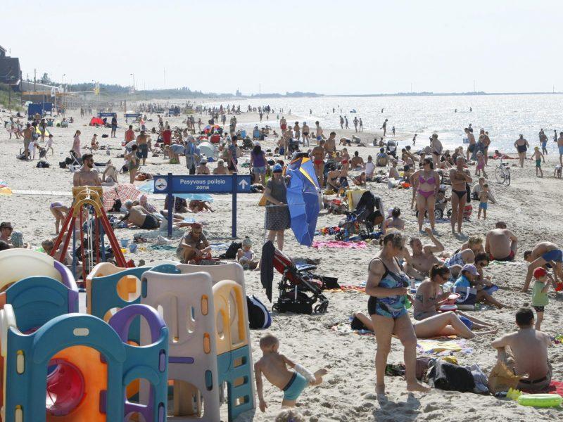 Pajūrio paplūdimiuose – vasarotojų apgultis