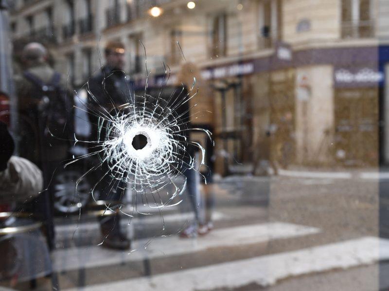 """""""Jis ramiai priėjo"""": 15 panikos ir teroro minučių Paryžiuje"""