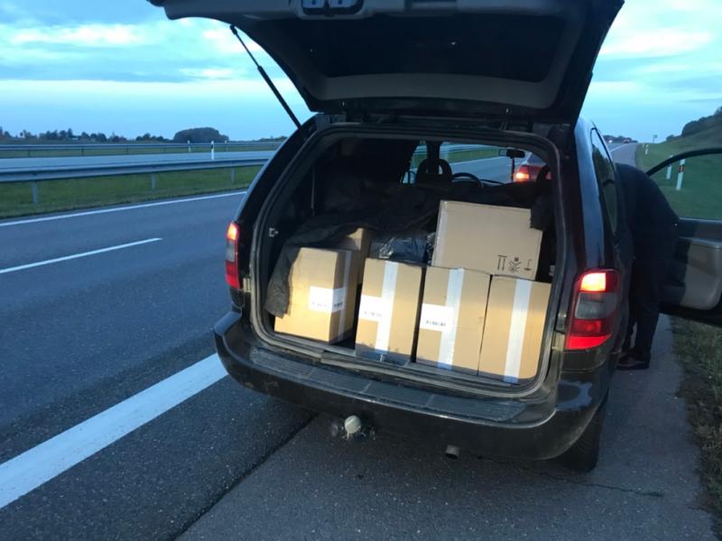Autostradoje pasieniečiai sulaikė vyrą, kuris gabeno 18 tūkst. pakelių cigarečių