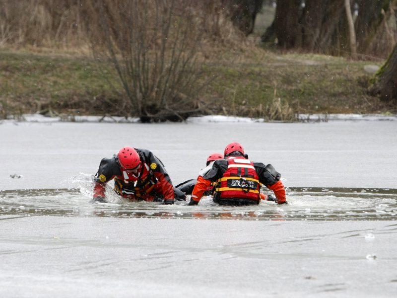 Kuršių marių ledas pavojingas – du žvejai įlūžo, vienas pasipriešino pasieniečiams