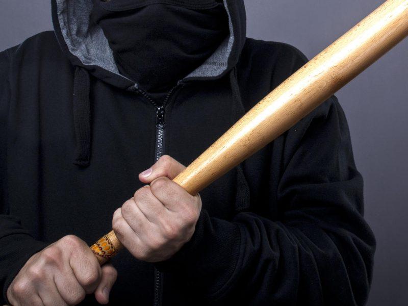 Įsibrovėliai lazdomis sumušė lovoje gulėjusį vyrą