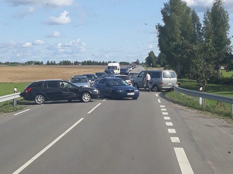 Avarija Šakių plente: susidūrus automobiliams sužeisti du žmonės