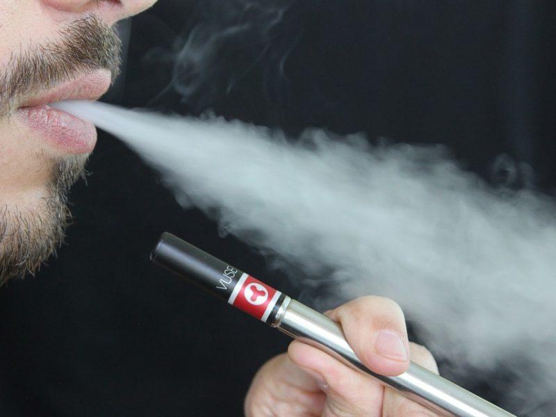 Netikėta grėsmė vairuotojams – elektroninių cigarečių garai