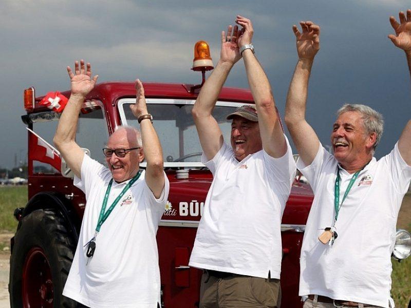 Trys futbolo aistruoliai iš Šveicarijos į futbolo čempionatą atvyko traktoriumi