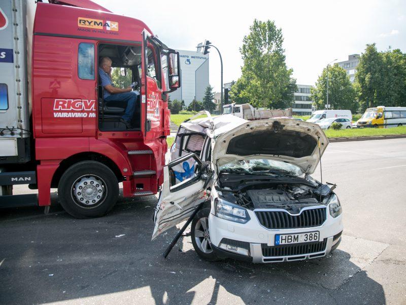 Mokomojo sunkvežimio ir lengvojo automobilio avarija Taikos pr.