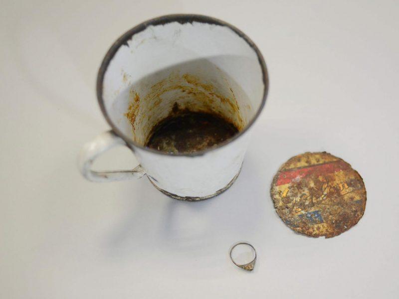 Nacių konfiskuoto puodelio dugne rastos 70 metų slėptos brangenybės