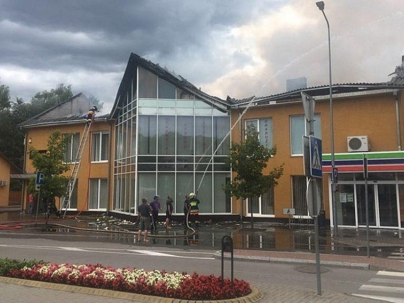 Lazdijų centre užsidegė parduotuvė