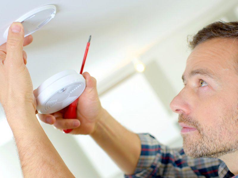 Dūmų detektorių montavimas: kokių klaidų nedaryti?