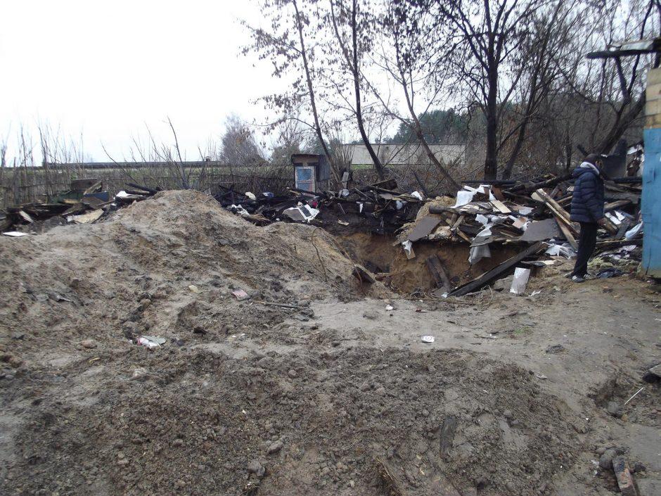 Kirtimų tabore griaunami apleisti statiniai