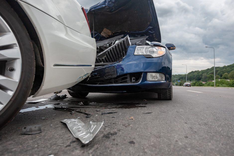 Trijų mašinų avarija Marvelėje: rėžtasi į kelio atitvarus