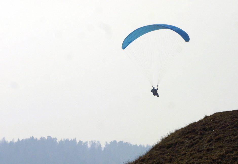 Paluknio aerodrome susižalojo parasparnio pilotas