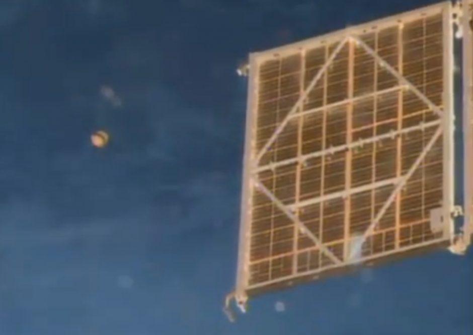 NASA astronautas šalia Tarptautinės kosminės stoties nufilmavo NSO