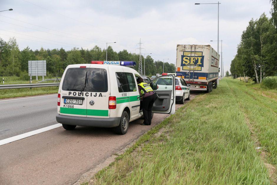 Nelaimė: autostradoje vilkikas partrenkė dviratininką