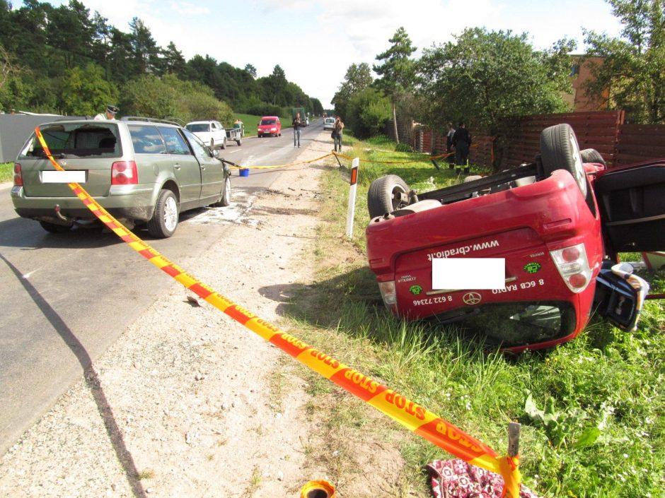 Avarija Lapių kelyje: susidūrus trims automobiliams sužalota šeima