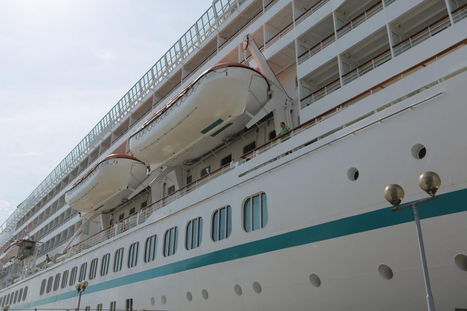 Uostamiestyje prisišvartavo laivas-galiūnas