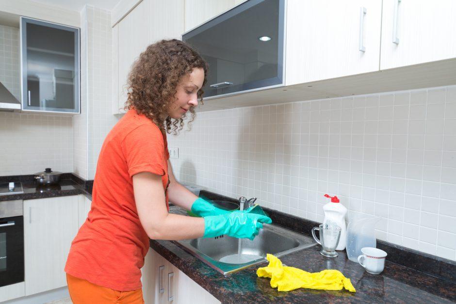 Indų plovikliai: neteisingai plaudami indus, chemijos kasmet išgeriame po puslitrį