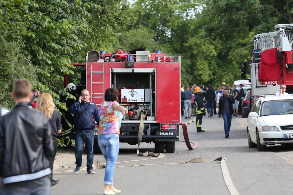 Dėl besiveržiančių dūmų iš progimnazijos Vilniuje buvo evakuojami moksleiviai