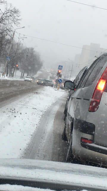 Sniegas įsismarkavo ir sostinėje: pasipylė avarijos, kemšasi gatvės
