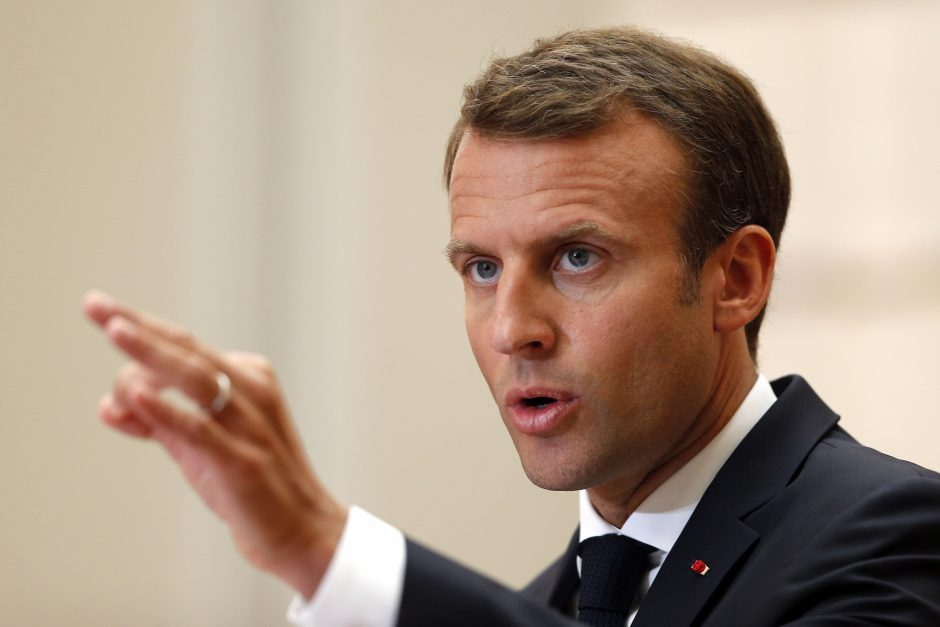 E. Macronas remia sankcijas migrantų neįsileidžiančioms ES valstybėms