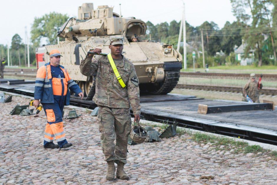Amerikiečiai pratyboms atsivežė tankų ir pėstininkų kovos mašinų