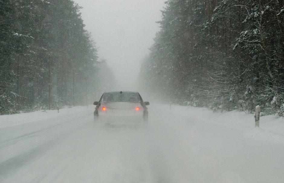 Įvairiose šalies vietose – sudėtingos eismo sąlygos