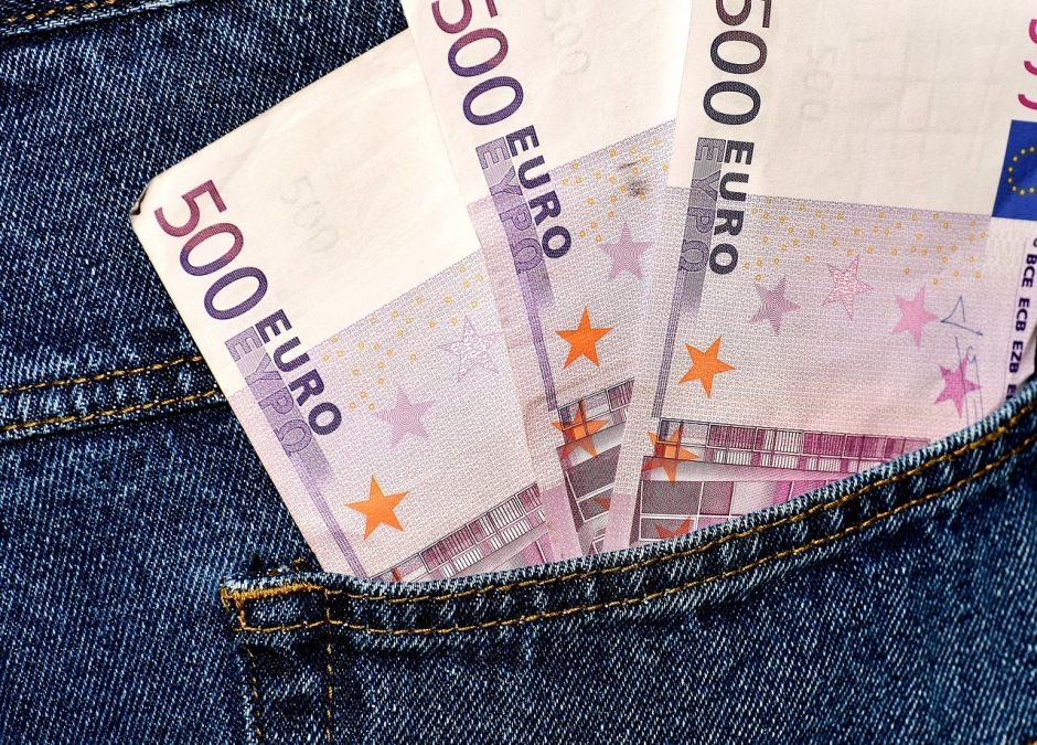 Telefoniniai sukčiai – senolių siaubas: moteris neteko 4 800 eurų