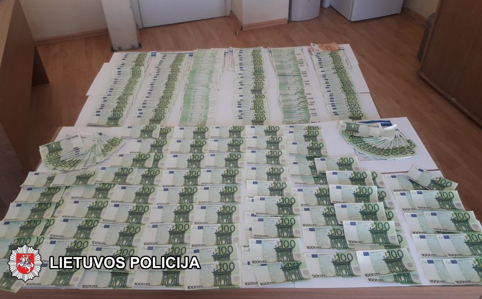 Padirbtų pinigų verslas: į Lietuvą vežė 85 tūkst. puikiai suklastotų eurų