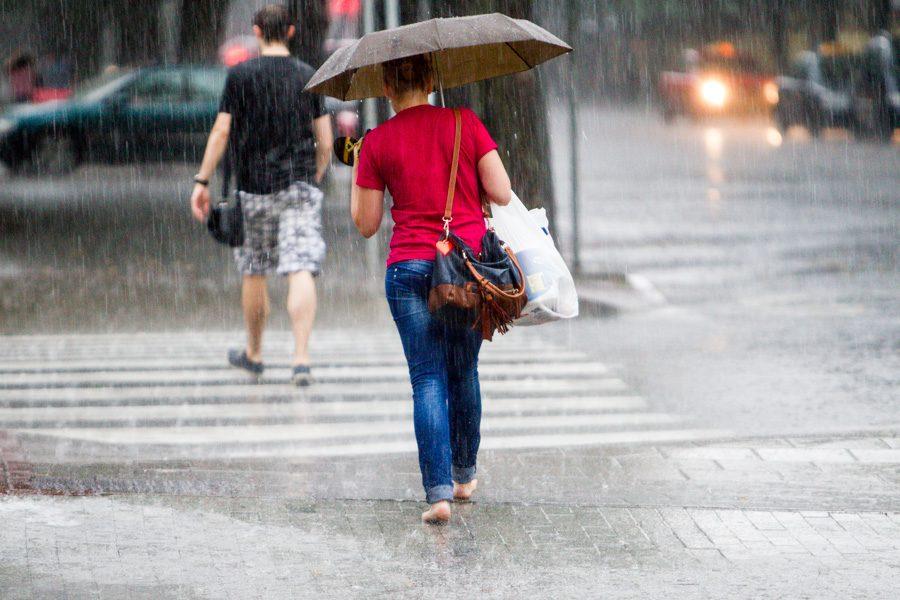 Pavakare Kauną pradėjo merkti stiprus lietus