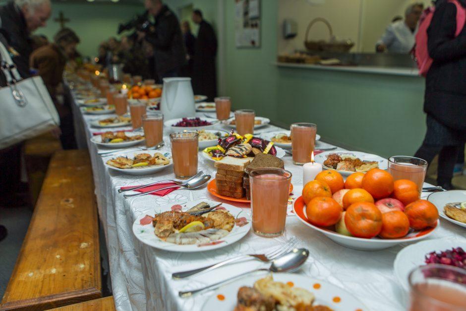 Bernardinuose prie kalėdinio stalo susės 100 vienišų ir stokojančių vilniečių