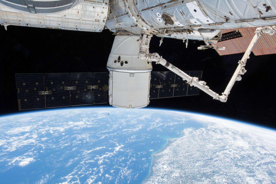 """Rusijos erdvėlaivyje """"Sojuz"""" aptiktas grąžtu padarytas korpuso pažeidimas (papildyta)"""