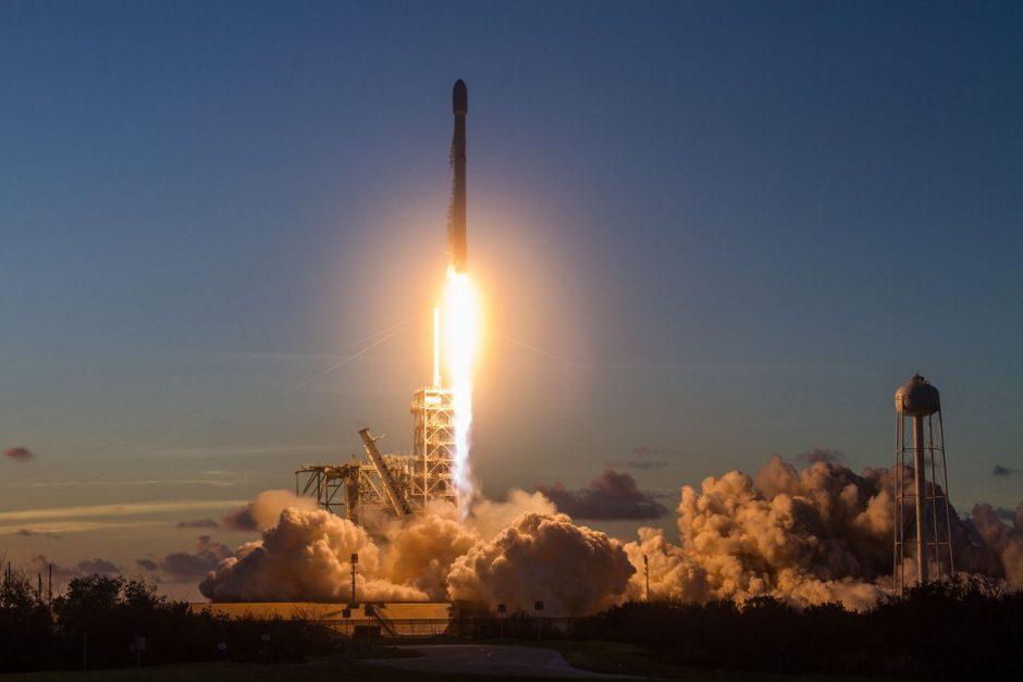 """""""SpaceX"""" sėkmingai paleido ir nutupdė jau panaudotą raketą"""