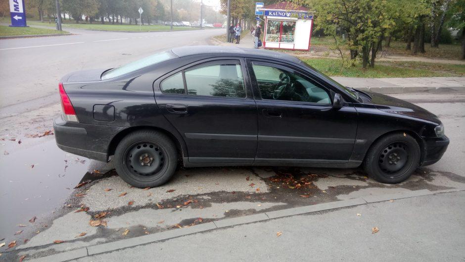 Automobilio pastatymas bado akis, tačiau bausti policininkai negali