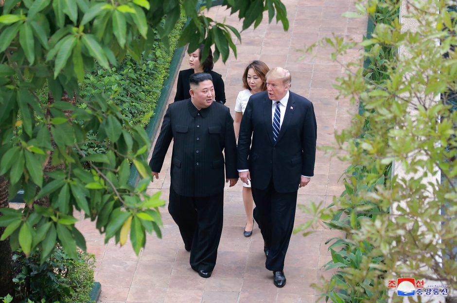 Kim Jong Unas svarsto, ar tęsti moratoriumą ir derybas su JAV