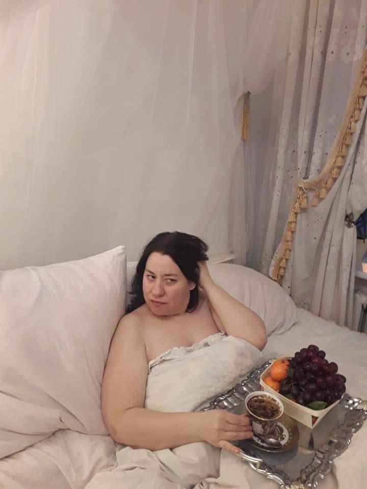 R. Antonovienė gerbėjus nustebino fotosesija lovoje: jaučiausi kaip karalienė