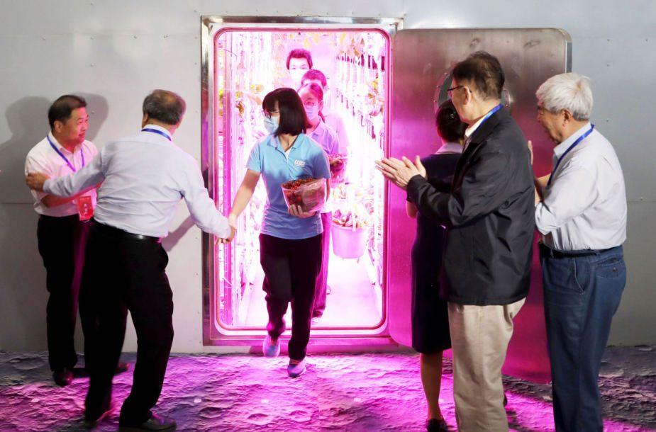 Kinų savanoriai išėjo iš virtualios Mėnulio bazės