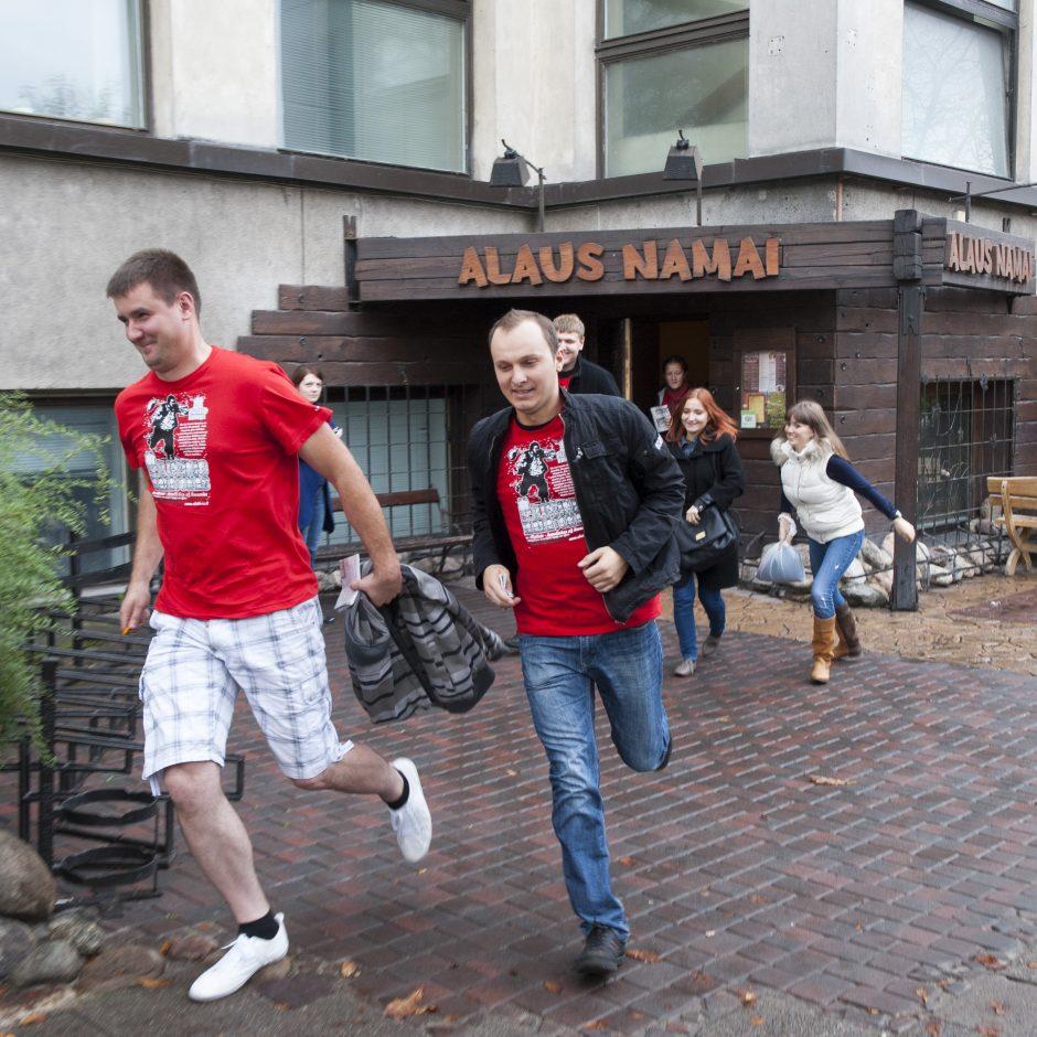 Alutinis sostinėje atšvęstas tradiciniu bėgimu per barus (papildyta)