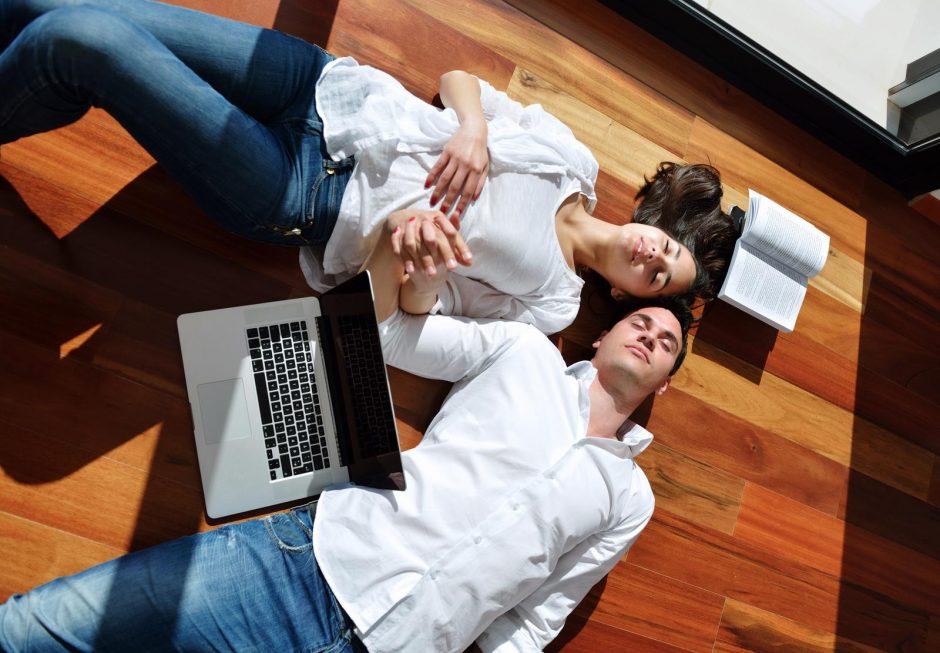 Tyrimas: internete susipažinusios poros laimingesnės ir tvirtesnės