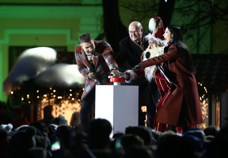 Rotušės aikštėje įžiebta įspūdinga Kalėdų eglė (vaizdo įrašas)