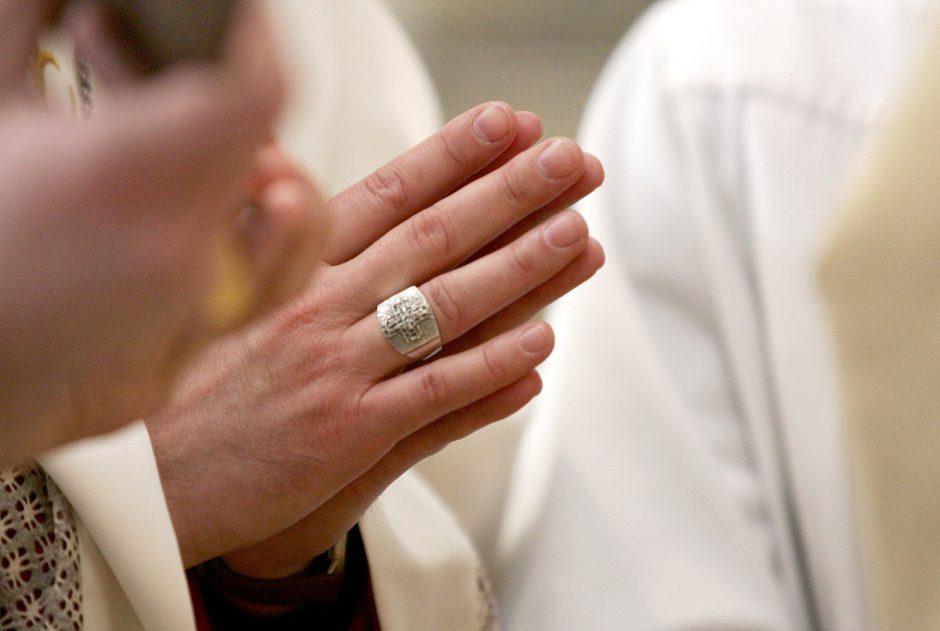 Prieš popiežiaus vizitą Latvijoje vienas kunigas apkaltintas išžaginimu