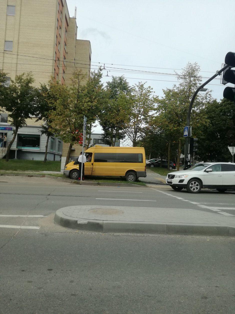 """Per mikroautobuso ir """"Mercedes"""" avariją nukentėjo keleivė"""