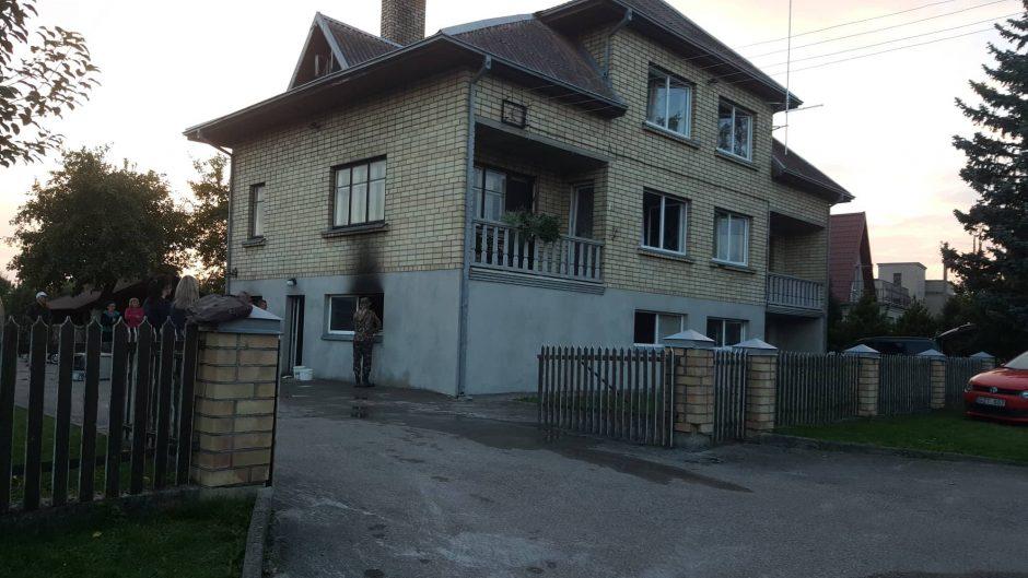 Kauno rajone apdegė ir gyvenamasis namas, ir BMW automobilis (atnaujinta)