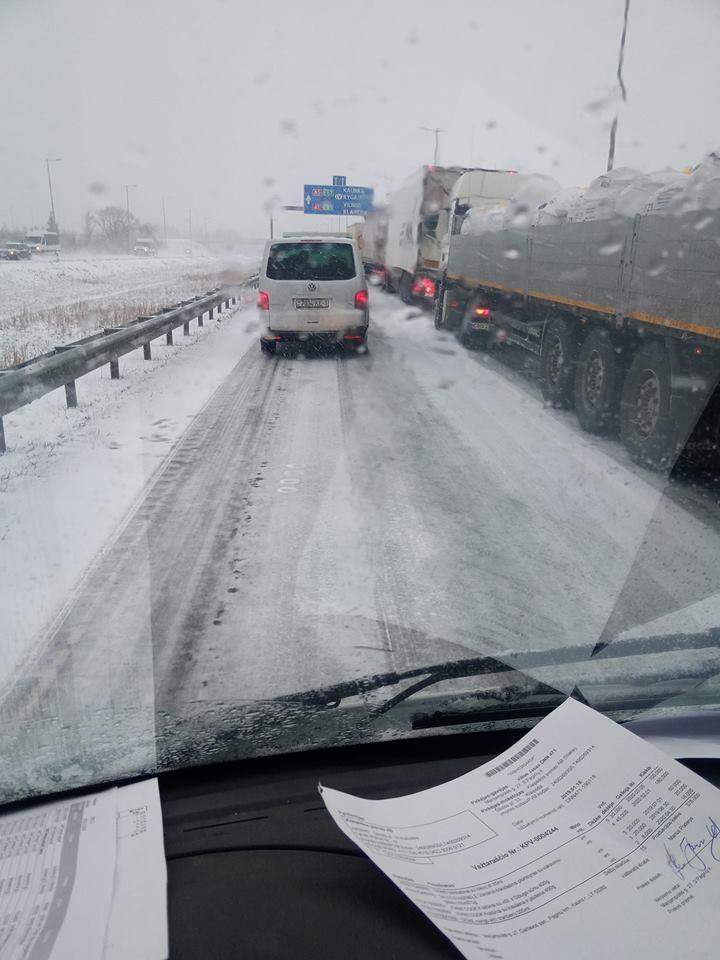 Kauno keliuose – vėl išbandymai: rytas prasidėjo avarijomis, yra sužalotų