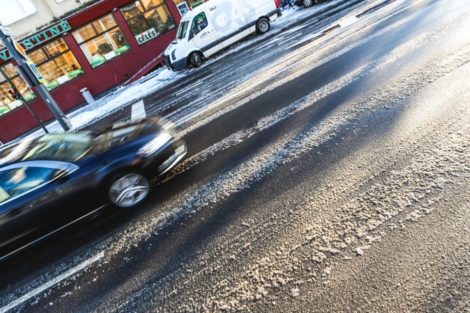Įspėja vairuotojus: pavasarį keliuose tyko juodasis ledas